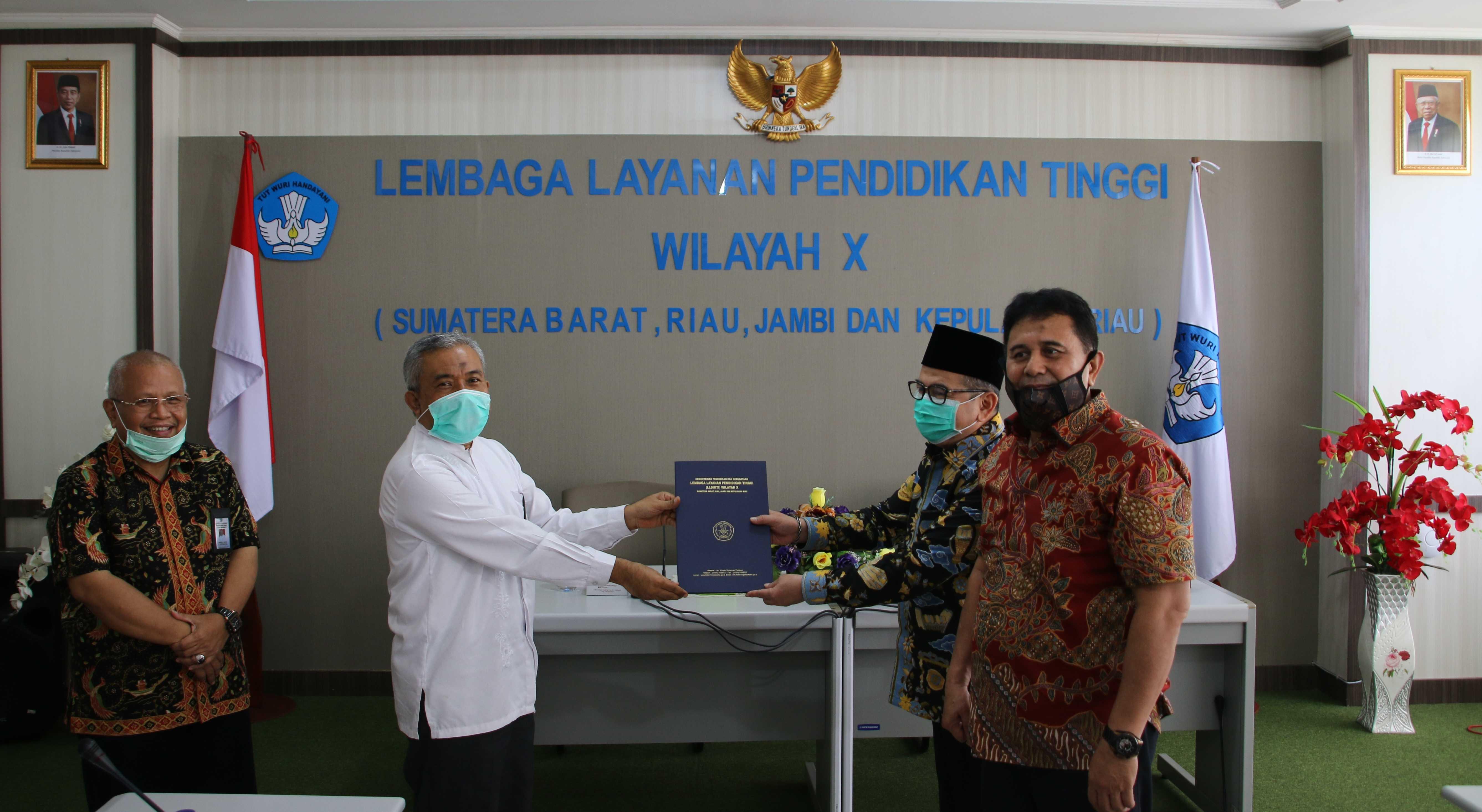 Kepala_LLDIKTI_Wilayah_X_Serahkan_SK_Universitas_Perintis_Indoenesia.JPG